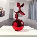 Red Dog Skulptur mit Ballon auf Kugel